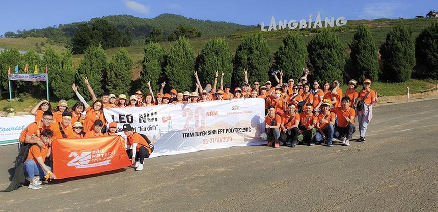 Nhóm tuyển sinh FPT Polytechnic là một trong những đoàn chọn Langbiang là địa điểm thử thách.