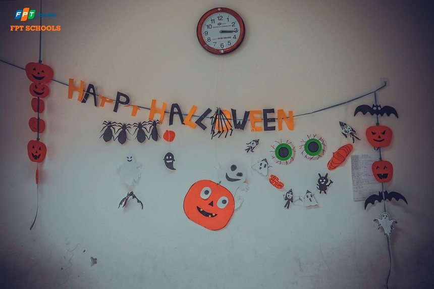 Ngày 30/10, học sinh Tiểu học và THCS FPT tại Đà Nẵng đã hưởng ứng Halloween bằng những màn hóa trang độc đáo, sáng tạo. Hoạt động do thầy và trò cùng nhau làm sau đó trang trí xung quanh lớp học.