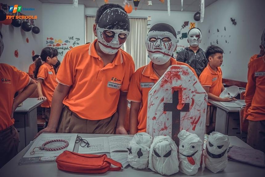 Tại mỗi lớp học, các em đều gây ấn tượng với những màn hóa trang kinh dị. Để tham gia lễ hội, mọi người được yêu cầu hóa trang thành nhiều nhân vật trong cổ tích cũng như các nhân vật thuộcbiểu tượng Halloween.