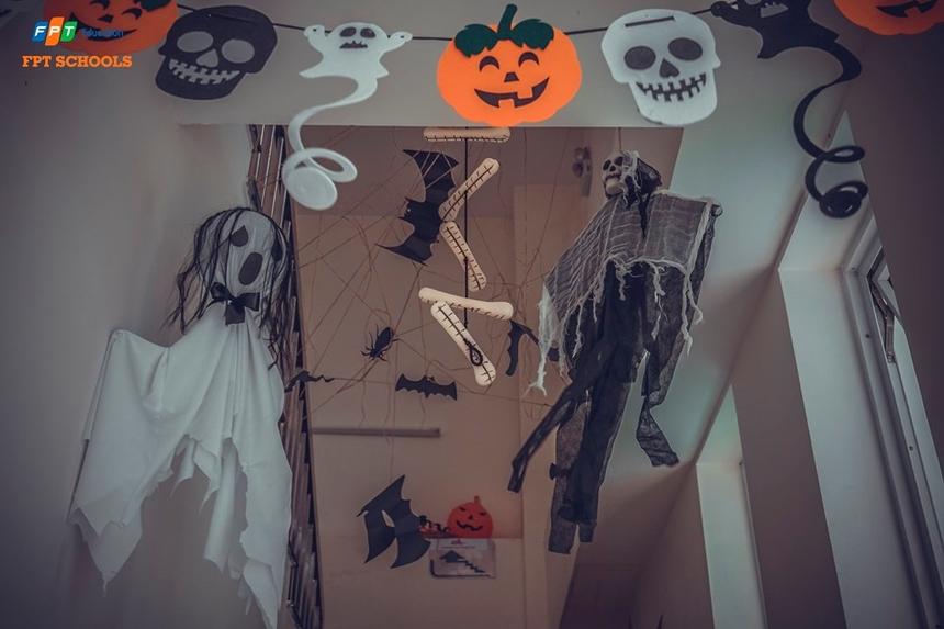 Hành lang nhà trường được treo nhiều hình ảnh kinh dị như dơi, đèn lồng Jack-O'-Lanterns, nhện, mặt sọ người... Đây đều là nhữngbiểu tượng không thể thiếu trong mùa Halloween.