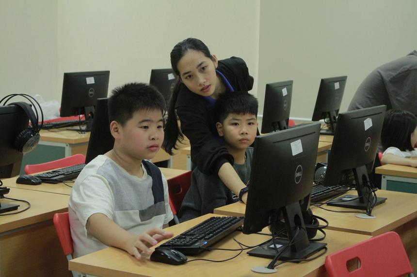 """Đại diện Ban tổ chức cho biết, khóa học lập trình và robotics tạo ra những sân chơi trí tuệ, bồi dưỡng kiến thức và phát triển kỹ năng công nghệ cho FPT Small ngay từ khi còn nhỏ; và đây sẽ là hành trang giúp các con có nền tảng tương lai vững chắc, sớm tiếp thu nền giáo dục công nghệ cao""""."""