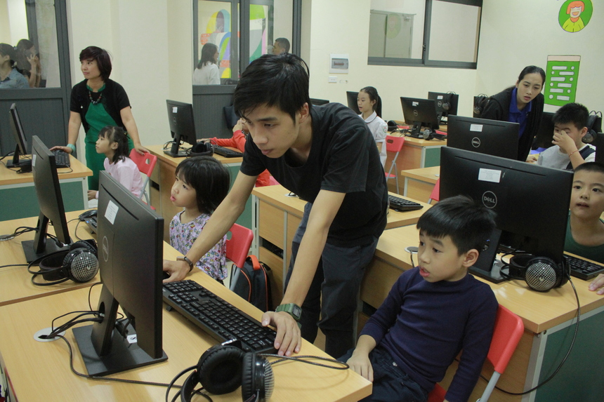 FPT Small Coding với chủ đề #Hello Robot nằm trong chuỗi chương trình thí điểm FPT Small Coding 2019 do Công đoàn FPT tổ chức từ 16h30 – 18h thứ Tư hàng tuần, bắt đầu từ 30/10 – 31/12, dành con của các CBNV FPT và các đơn vị thành viên đang theo học tại FPT School ở các khối lớp 2 - 3 – 4 – 5. Đây là một trong những mô hình giáo dục giúp các em học sinh sớm tiếp thu ngôn ngữ lập trình, làm quen với công nghệ, bồi dưỡng kiến thức, tư duy logic và sự nhanh nhẹn trong xử lý tình huống, đây cũng là mục tiêu giáo dục mà nhà F hướng tới!