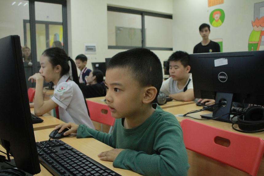 """Trong buổi học, các thầy cô cho học sinh làm quen với thao tác lập trình đầu tiên đó chính là """"kéo thả"""" thông qua các chơi trò chơi, và các câu đố rèn luyện trí thông minh. Các con đều vui vẻ hào hứng giơ tay phát biểu để được điểm cộng."""
