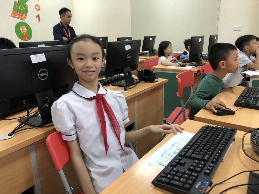 """Nguyễn Đỗ Trang Nhung, học sinh lớp 5 Trường tiểu học Thủ Lệ, cho hay: """"Hôm nay con cảm thấy buổi học rất thú vị, con sẽ chăm chỉ lên lớp để được học thêm nhiều điều""""."""