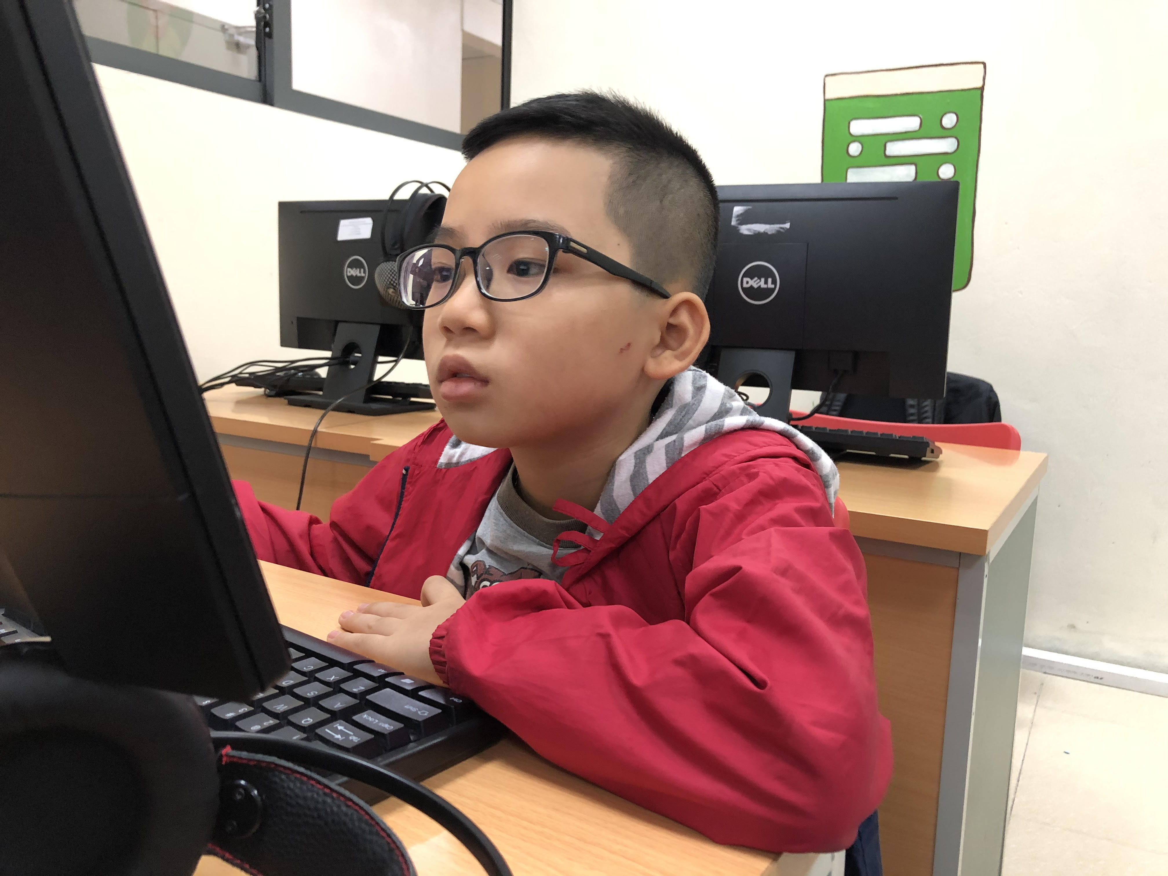 """Trần Trung Nguyên, lớp 4 trường tiểu học Ngô Quyền, hào hứng chia sẻ: """"Con rất vui khi được tham gia lớp học ngày hôm nay, ngoài học con còn được các thầy cô cho chơi trò chơi và thêm nhiều bạn mới""""."""