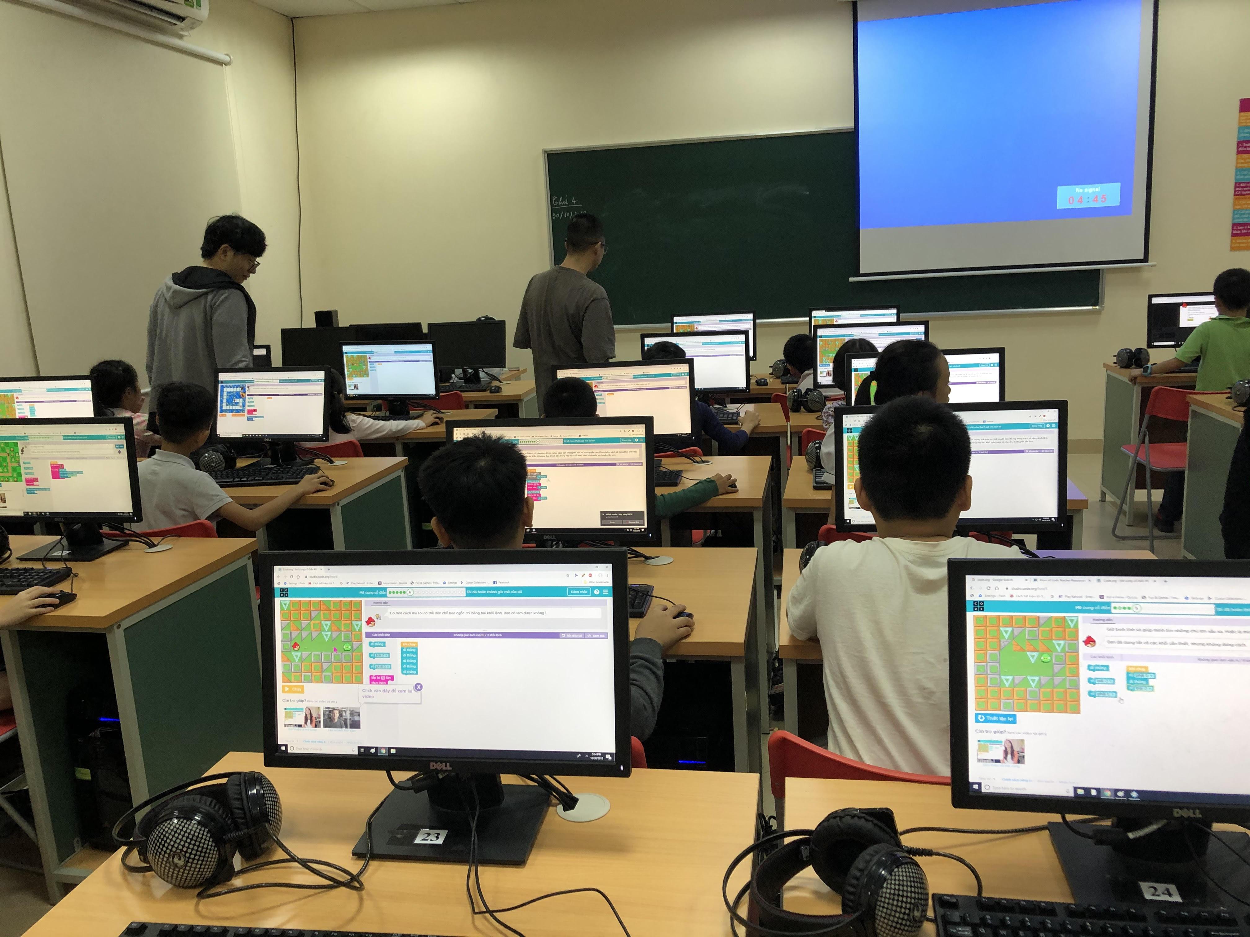Tại buổi học đầu tiên, FPT Small được làm quen với ngôn ngữ lập trình đơn giản. Đây là phương pháp giáo dục STEM 4.0 giúp lứa tuổi học sinh sớm tiếp cận với công nghệ, tiếp cận với chương trình giáo dục hiện đại. Nhằm mang đến cho các con một nền tảng kiến thức vững chắc trong tương lai.