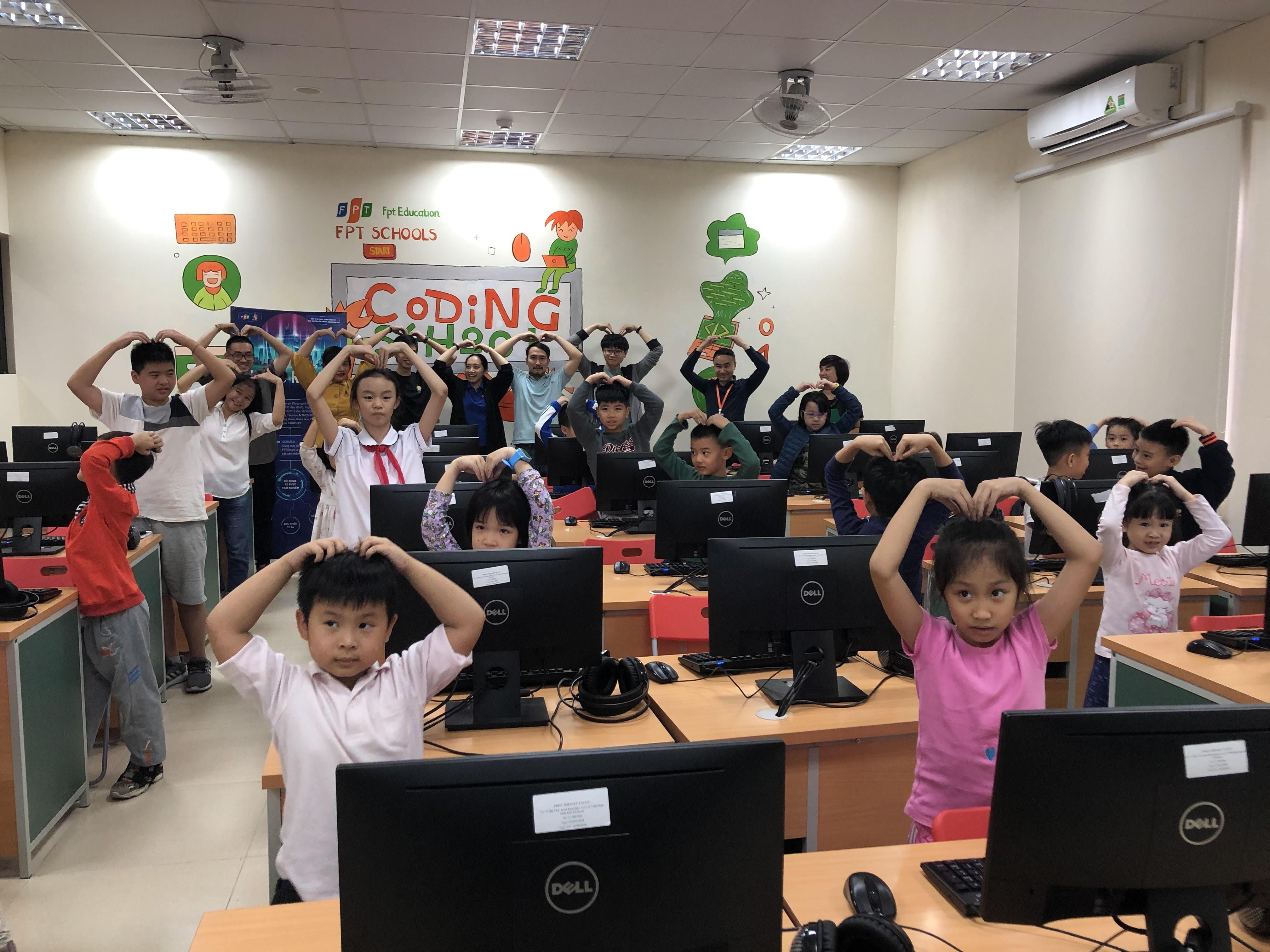Bên cạnh đó, lớp học lập trình và robot miễn phí dành cho con CBNV nhà F được tổ chức với mong muốn tạo ra một sân chơi trí tuệ, bồi dưỡng kiến thức và phát triển kỹ năng công nghệ. Khóa học đã được các chuyên gia công nghệ FPT nghiên cứu sao phù hợp với lứa tuổi tiểu học.