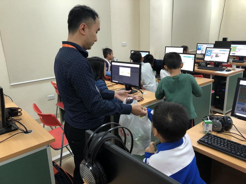 Bên cạnh kiến thức sơ khai về lập trình, các con còn được thầy cô cùng anh chị trợ giảng hướng dẫn vứt rác đúng nơi quy định, rèn thói quen bảo vệ môi trường ngay từ khi còn nhỏ.