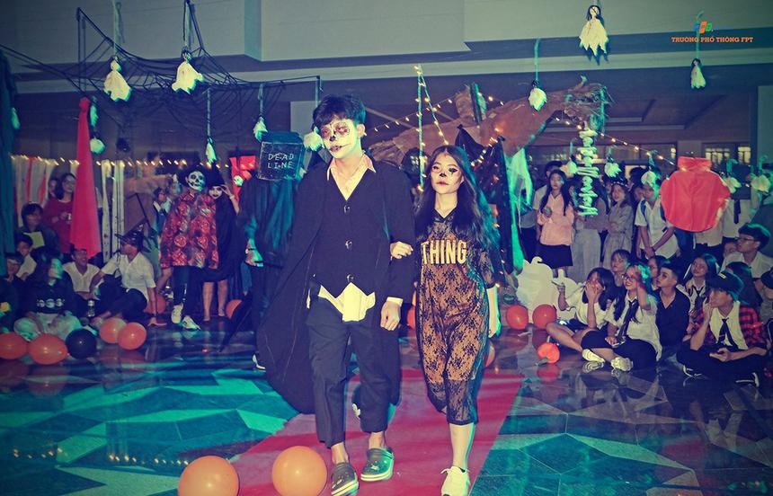 Hoạt động còn có phần thi thời trang đến từ 7 cặp đôi của các khối lớp. Dưới sự hỗ trợ và cổ động của bạn bè, các cặp đôi đã có những bước đi chuyên nghiệp và hóa trang độc đáo.