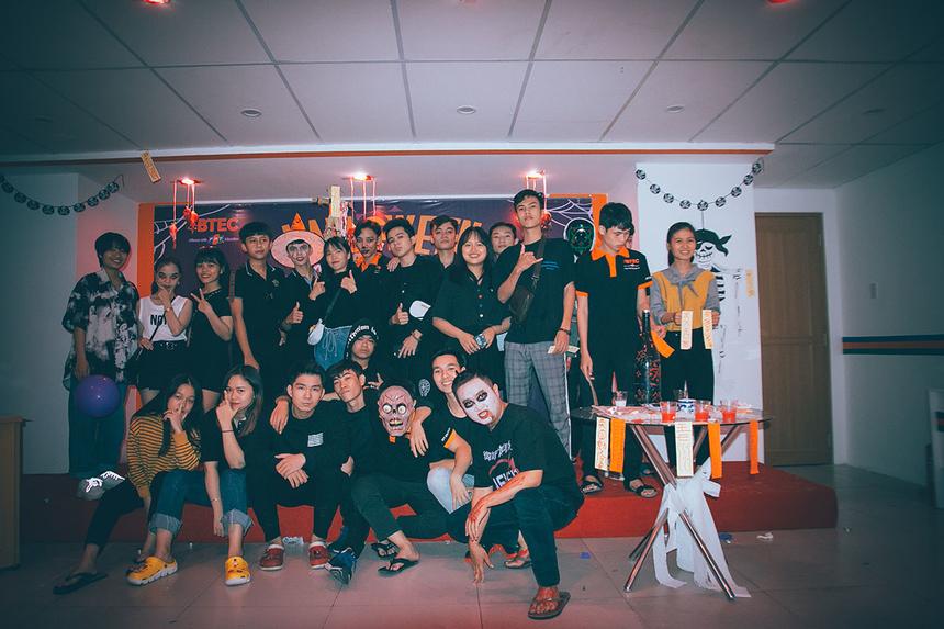 """Halloween có nghĩa là """"Đêm của những vị thánh"""" hay """"Đêm của những linh hồn"""", là lễ hội xuất phát từ truyền thống của người châu Âu cổ đại, thường diễn ra vào đêm trước ngày 1/11 hàng năm.Du nhập vào Việt Nam khoảng 10 năm nay, Halloween hiện trở thành một trong những lễ hội được ưa chuộng nhất trong năm của giới trẻ Sài Gòn."""