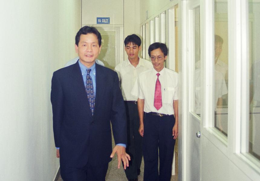 Nhưng sự nghiệp giáo dục của FPT chính thức bắt đầu từ Chiến lược Xuất khẩu Phần mềm năm 1998. Để thực hiện chiến lược này, thành viên sáng lập FPT là anh Trương Gia Bình, Nguyễn Thành Nam, Lê Thế Hùng đi Ấn Độ tìm đường, và nhìn thấy mô hình đào tạo CNTT hai năm rất ấn tượng của NIIT. Sau khi làm việc với NIIT, các anh chốt sẽ triển khai mô hình này tại Việt Nam. Trong lúc chuẩn bị ký kết, Đại sứ quán Ấn Độ giới thiệu với anh Bình với ông Ganesh Natarajan, Tổng Giám đốc Aptech.
