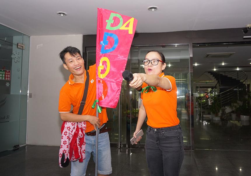 Chị Trần Hà Diệu Thúy (FDC.FSS) trình bày phần thi của đội Xanh. Chị làm động tác yêu cầu toàn đội hô vang tên và khẩu hiệu của đội.