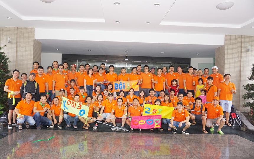 Toàn thể CBNV Synnex FPT chụp lưu niệm trước khi cùng nhau di chuyển đến Cocobay Đà Nẵng. Bên cạnh chương trìnhteambuilding tại bãi biển, các đội còn tranh tài văn nghệ và mini game trên sân khấu Gala Dinner.