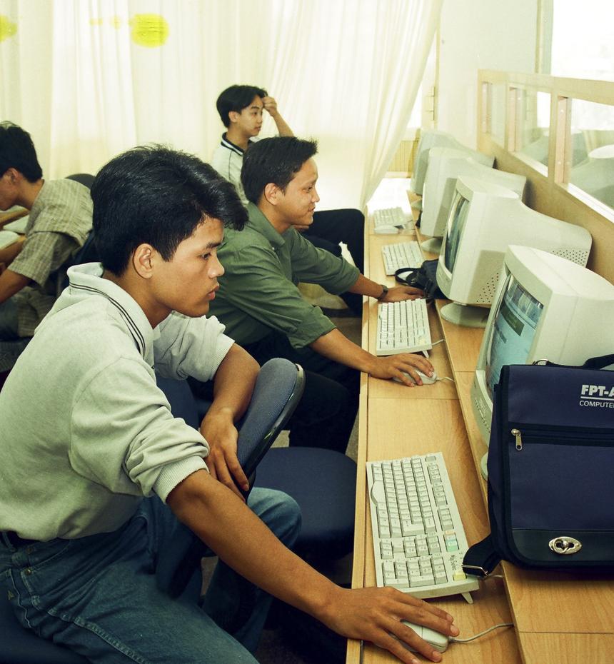 """Sự nghiệp giáo dục được FPT quan tâm từ rất sớm. Năm 1994, Trung tâm Đào tạo tin học (FPT Information Trainning - FIT) thành lập cùng lúc với 6 trung tâm khác là FPT Information System (FIS), FPT Software Solution (FSS), FPT Computer Distribution (FCD), FPT Computer & Office Equipment No. 1-2 (FCO1-2), FPT Service & Mainternance (FSM). FPT khi đó nổi danh là """"Trung tâm đào tạo tin học hàng đầu Việt Nam"""", đào tạo hơn 10.000 học viên, là nơi đầu tiên dạy về Windows và hệ điều hành mạng."""