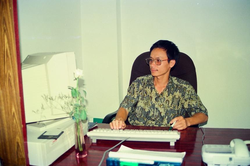 """Sau đó, Chủ tịch Aptech Ấn Độ bay sang Việt Nam và chấp nhận mọi điều kiện đo FPT đặt ra, gồm: bàn giao toàn bộ quy trình quản lý theo tiêu chuẩn ISO 9001, chấp nhận FPT làm Master Franchisee không phải trả phí, chấp nhận liên thông đại học và việc làm nước ngoài cho đầu ra của Aptech, cho triển khai 2 trung tâm Aptech tại Hà Nội và TP HCM với phí tượng trưng. Bằng cách này Aptech đã chiếm được vị trí lẽ ra là của NIIT tại Việt Nam. Hai anh Lê Trường Tùng và Nguyễn Khắc Thành được giao triển khai Trung tâm Aptech tại Hà Nội và TP HCM. Nhận nhiệm vụ lúc đó, anh Khắc Thành cũng """"không vui vẻ lắm"""" do không muốn thay đổi công việc đã làm nhiều năm."""
