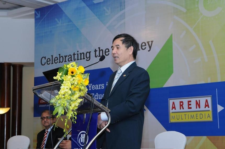Năm 2003, sau 5 năm hoạt động, FPT Aptech tốc độ tăng trưởng chậm lại. Cuối năm đó, anh Tùng đi Mumbai (Ấn Độ) dự hội nghị Aptech toàn cầu, đồng thời thảo luận về vụ Arena Multimedia. Sau cuộc nói chuyện 15 phút với Tổng Giám đốc điều hành của Aptech - Promod Khera - anh Tùng chốt xong việc mở hai trung tâm Arena Multimedia tại Việt Nam.