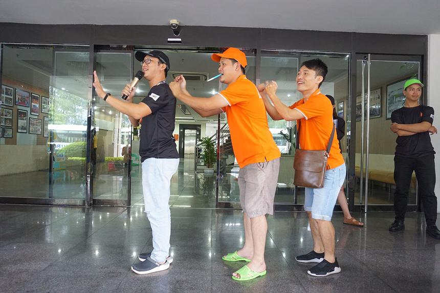 Để tiếp tục hâm nóng bầu không khí sân chơi, Ban tổ chức hướng dẫn một số trò chơi vận động tại chỗ.
