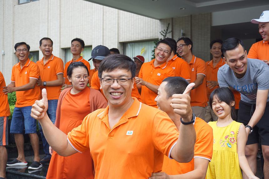 Anh Lê Thanh Chương (FDC.TSG) hào hứng khi cùng các đồng nghiệp khởi động. Anh cho rằng hoạt động teambuilding sẽ tạo động lực và nâng cao tinh thần đoàn kết cho người Synnex FPT miền Trung.