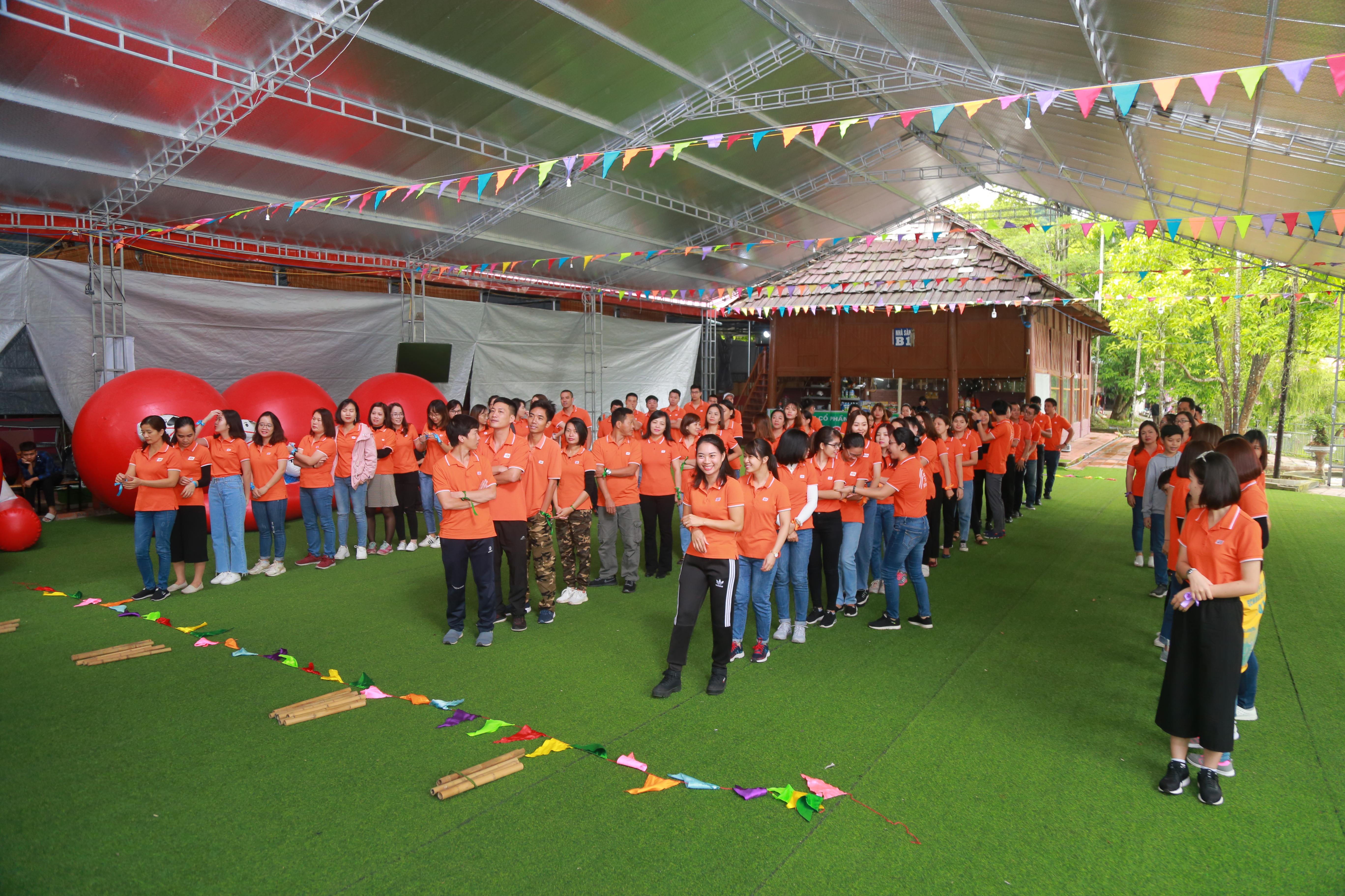 Sáng 2/11, hơn 130 CBNV hành chính (FAD) đến từ các đơn vị FPT:Khối Giáo dục FPT, FPT Telecom, FPT IS, FPT Software, FPT Online, FPT Retail… tê tựu về Đồng Mô, Ba Vì, Hà Nội để tham gia teambuilding. Ai nấy đều rất phấn khởi sau chuyến hành trình di chuyển 1 giờ đồng hồ.Cả đoàn được chia làm 4 đội, mỗi đội có 25 - 26 thành viên tham dự.