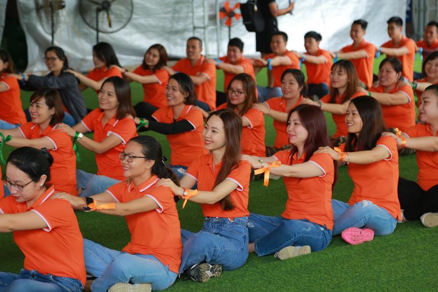 Các đội cùng thư giãn, khởi động để chuẩn bị cho các phần chơi liên hoàn ngay sau đó.