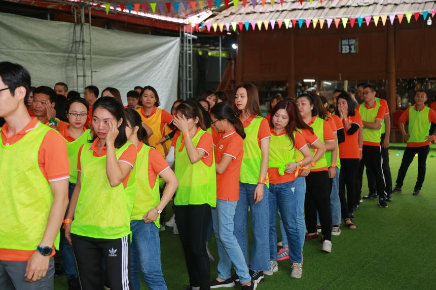 Đội xanh lá cây nhận áo đầu tiên, và lần lượt các đội áo màu đỏ, vàng cùng xanh dương. Các đội sẽ phải nghĩ tên, slogan và điệu nhảy mang bản sắc riêng của đơn vị mình. Các phần chơi đều có sự chấm điểm từ ban giám khảo.