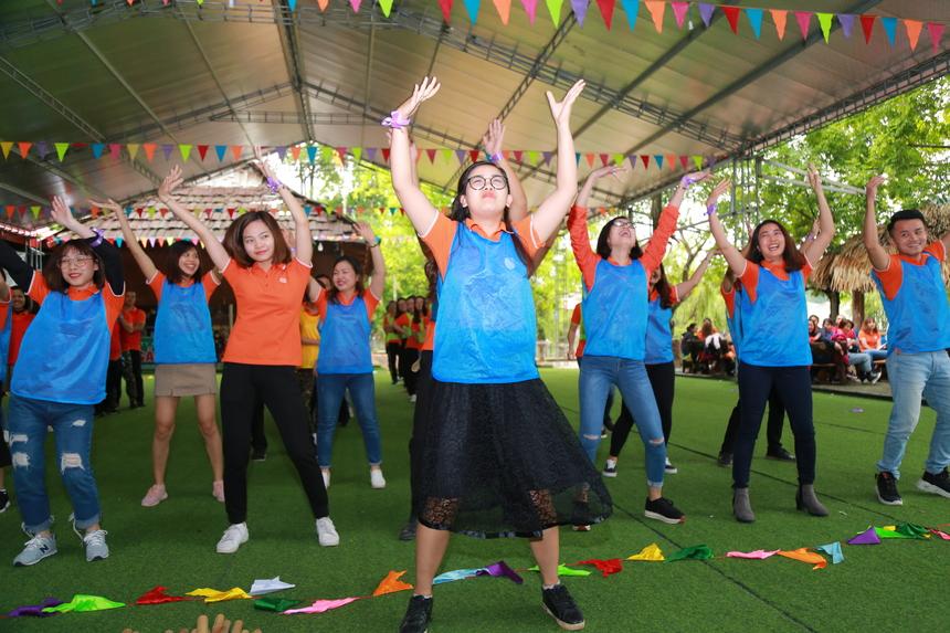 Gây ấn tượng cho ban giám khảo đó là đội xanh dương với màn nhảy đồng đều, đẹp mắt. Đội xanh dương có tên là Thanh xuân, đội xanh lá cây có tên là Nhất, đội đỏ có tên là Đỏ cam, đội vàng có tên là Fee.