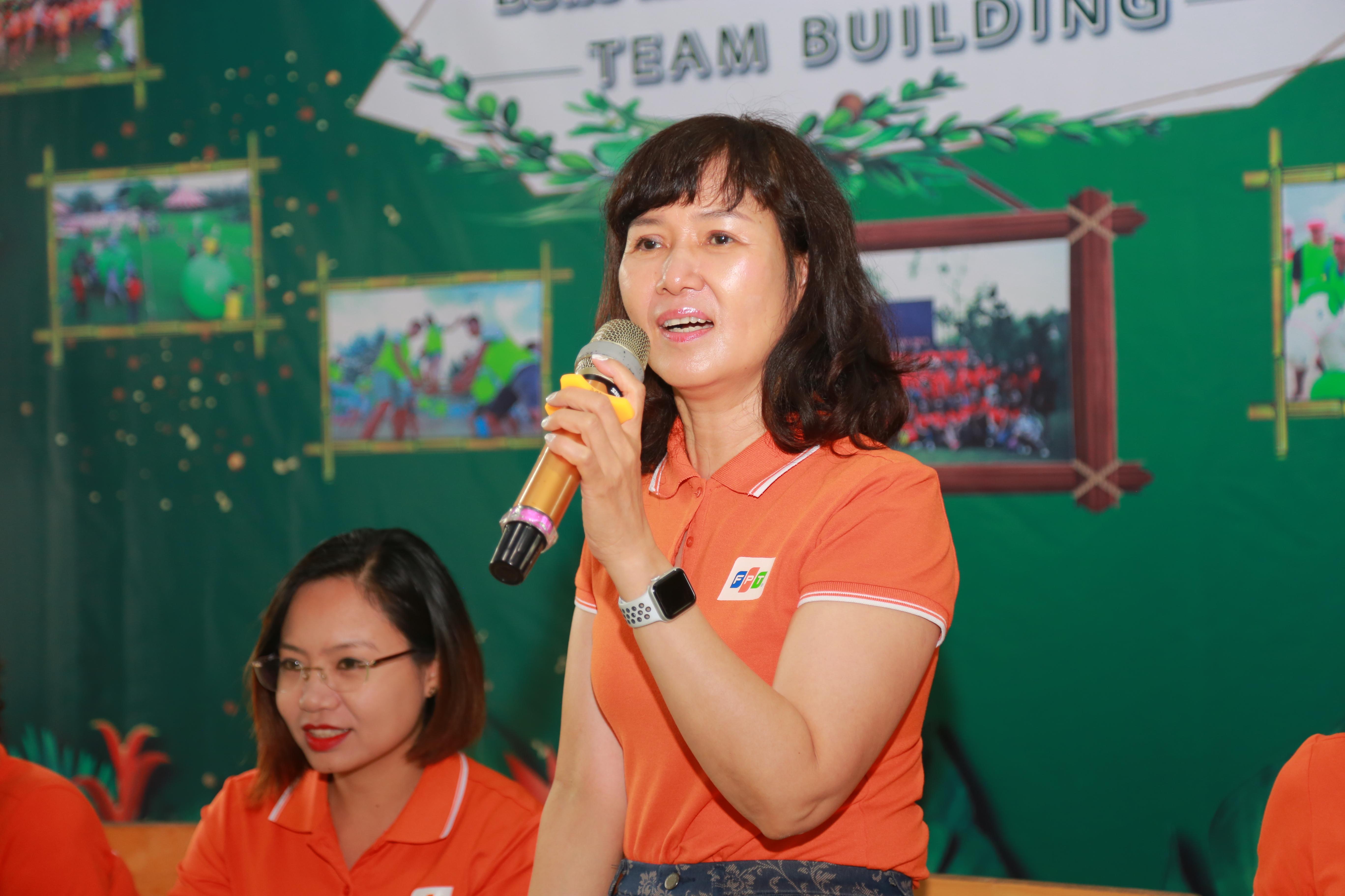 Chị Lại Hương Huyền (Chánh văn phòng FPT), gửi lời chúc sức khỏe đến các đội, giao lưu, đoàn kết và chơi hết mình chinh phục 5 trò chơi liên hoàn do BTC đưa ra và mang về phần quà giá trị cho đội mình.