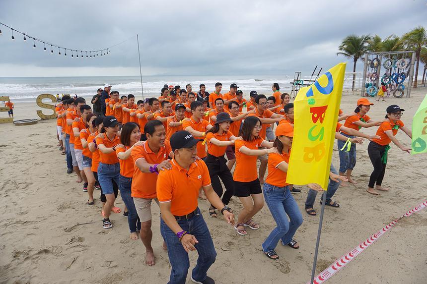 """Sáng ngày 2/11, chương trình teambuilding chủ đề """"Làm chung chơi chung"""" đã diễn ra tại bãi biển Cocobay Đà Nẵng, với hơn 80 CBNV tham gia. Đây là hoạt động được tổ chức nhằm giúp mọi người giao lưu, gắn kết với nhau hơn."""