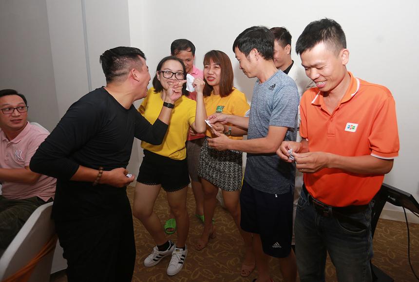 Bên cạnh hoạt động teambuilding, người Synnex FPT miền Trung còn tổ chức đêm Gala Dinner vào tối 2/11 tại khu nghỉ dưỡng Cocobay Đà Nẵng. Điểm nhấn của chương trình là phần tranh tài STCo giữa 4 đội chơi. Theo kết quả bốc thăm, thứ tự biểu diễn lần lượt đội 2, 4, 1 và 3.