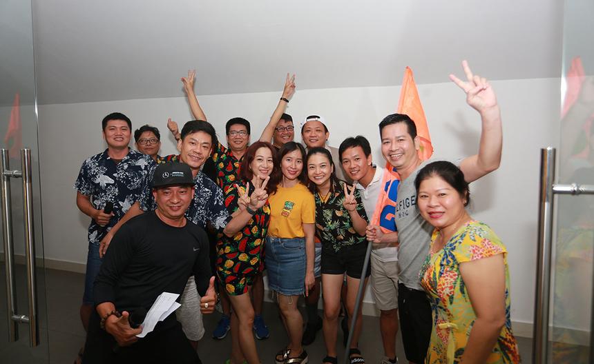 Phía sau sân khấu, đội 1 của anh Nguyễn Minh Đức, GĐ Synnex FPT miền Trung, tỏ ra hào hứng trước giờ biểu diễn. Các thành viên tự tin do có sự đầu tư tập luyện từ trước về nội dung.