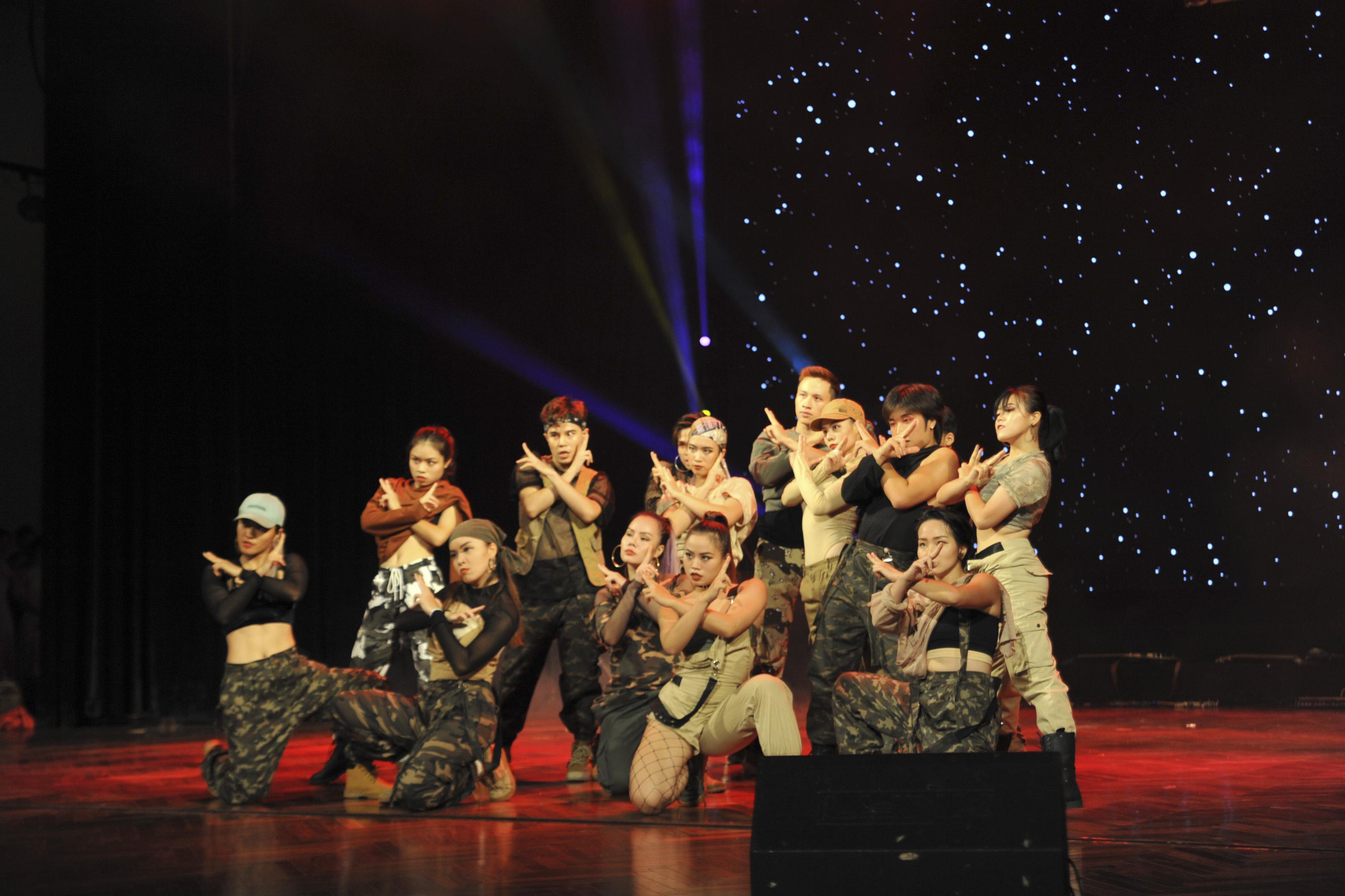 Ngày 2/11, đêm chung kết cuộc thi FPTU Talent Show 6 (FTS6) đã diễn ra tại nhà hát Quân đội, Hà Nội với sự góp mặt của 10 nhóm thí sinh đến từ các đơn vị thuộc Tổ chức Giáo dục FPT như ĐH FPT, FPT Polytechnic... Dưới hàng ghế khách mời là sự xuất hiện của rất nhiều cán bộ, giảng viên thuộc khối giáo dục như chị Nguyễn Hà Thành - Trưởng phòng Hợp tác Quốc tế và Phát triển cá nhân, anh Nguyễn Hùng Quân - Trưởng Ban tuyển sinh ĐH FPT...