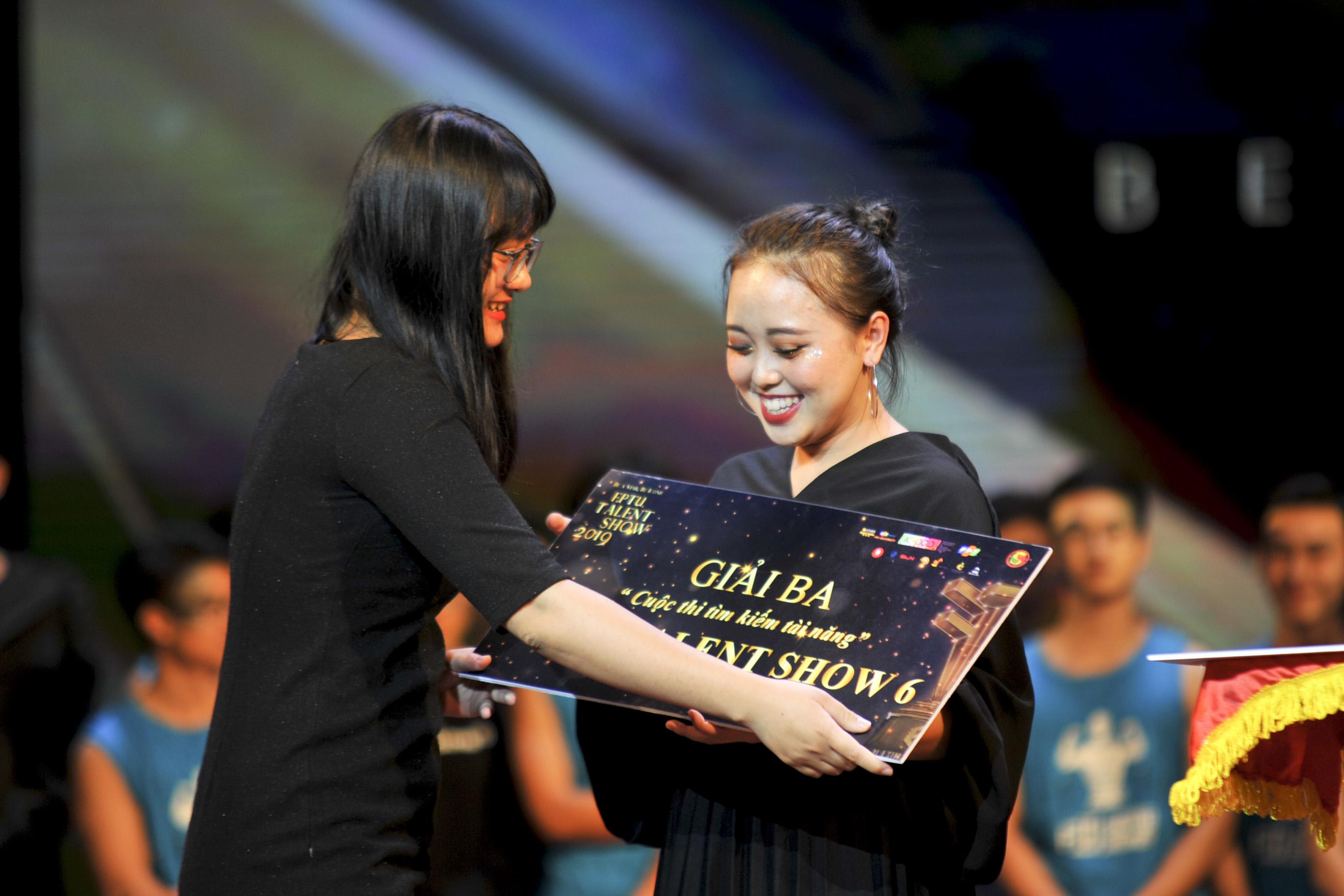 """Với """"Ngẫu hứng sông Hồng"""", Đỗ Hải Băng giành giải Ba chung cuộc và nhận được rất nhiều phần quà giá trị."""