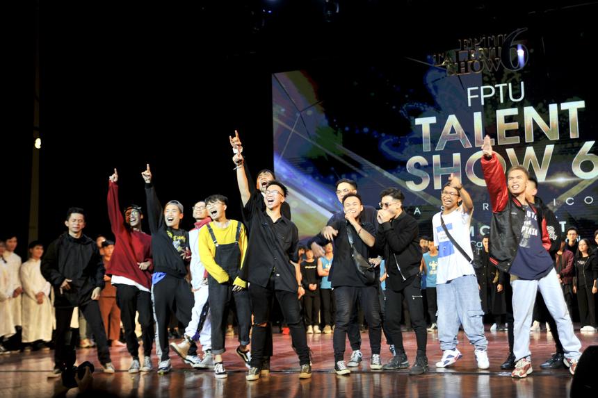 Các chàng trai hiphop BangBros giành giải Nhì khi trình diễn xuất sắc ca khúc tự sáng tác trên sân khấu chung kết.