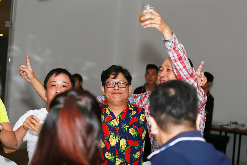 Phía bên dưới, mọi người cùng nâng ly chúc mừng và không quên lắc lư theo điệu nhạc. Với trụ sở đặt tại 4 tỉnh, thành lớn là Hà Nội, TP HCM, Đà Nẵng, Cần Thơ, Synnex FPT hiện có mạng lưới phân phối sản phẩm công nghệ lớn nhất với hơn 2.771 đại lý tại 63/63 tỉnh, thành trên cả nước. Thông qua hệ thống này, sản phẩm công nghệ của gần 40 đối tác là các thương hiệu công nghệ nổi tiếng thế giới được đưa đến với người tiêu dùng Việt Nam. Tại miền Trung, đơn vị đã trải qua 9 năm hình thành và phát triển, toàn thể CBNV đồng lòng, hướng tới những mục tiêu lớn để đưa đơn vị tiến về phía trước.