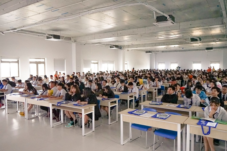 Sáng nay (4/11), FPT School Đà Nẵng đã lần đầu tổ chức một buổi tập huấn trải nghiệm về ứng dụng công nghệ thực tế ảo (VR-Virtual Reality) và công nghệ thực tế tăng cường (AR-Augmented Reality) dành cho hàng trăm học sinh.