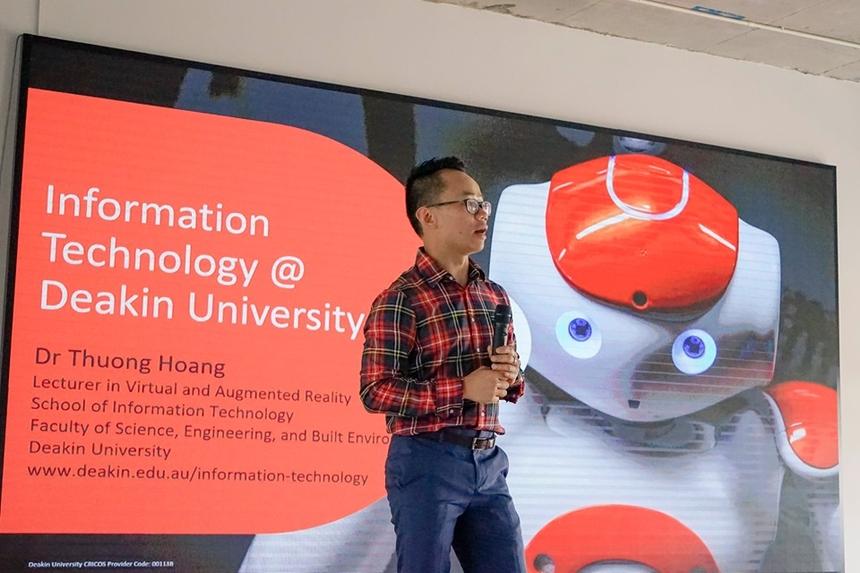 Tiến sĩ Hoàng Ngọc Thương, chuyên gia về thực tế ảo và thực tế tăng cường, giảng viên khoa Công nghệ thông tin Đại học Deakin của Australia, là người hướng dẫn một số tính năng cơ bản về cách sử dụng. Anh cũng đã có 12 năm học tập và làm việc tại Australia. Năm 2016 được xem là năm khởi đầu của VR, các thiết bị hỗ trợ cho công nghệ VR như Oculus Rift, HTC Vive hay PlayStation rất được chú ý. Trong khi VR đưa đến một thế giới mô phỏng hoàn toàn tách rời với thế giới thực tại, thì AR mở rộng thêm vào thế giới thực. Công nghệ AR đã xuất hiện từ vài năm trước nhưng chỉ đến năm 2016 mới được đông đảo biết đến nhờ vào trò chơi Pokemon Go...
