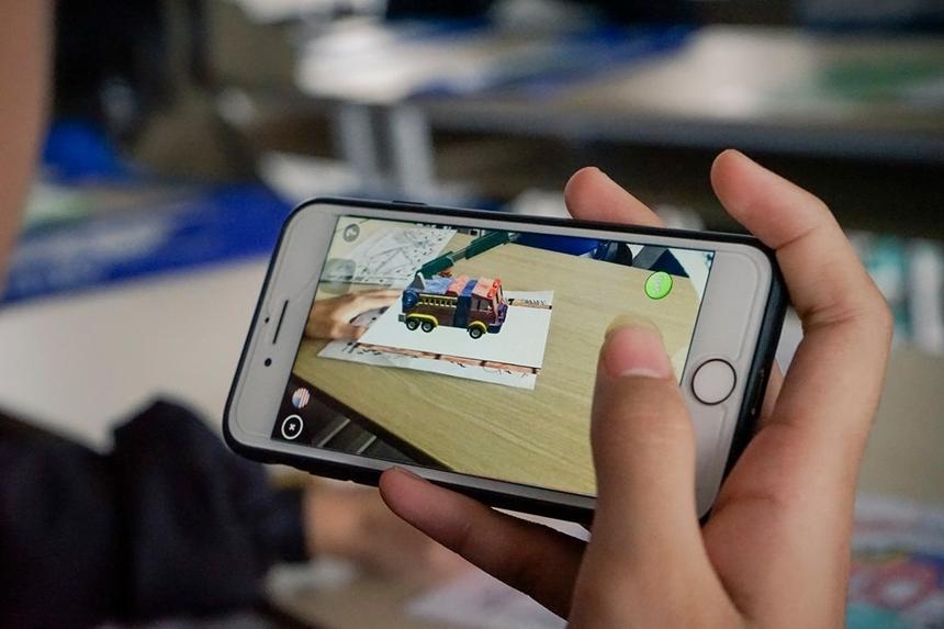 Sau phần giới thiệu củaTiến sĩ Hoàng Ngọc Thương, học sinh FPT School Đà Nẵng đã biết cách sử dụng điện thoại để quan sát những tính năng nổi trội của công nghệAR/VR.