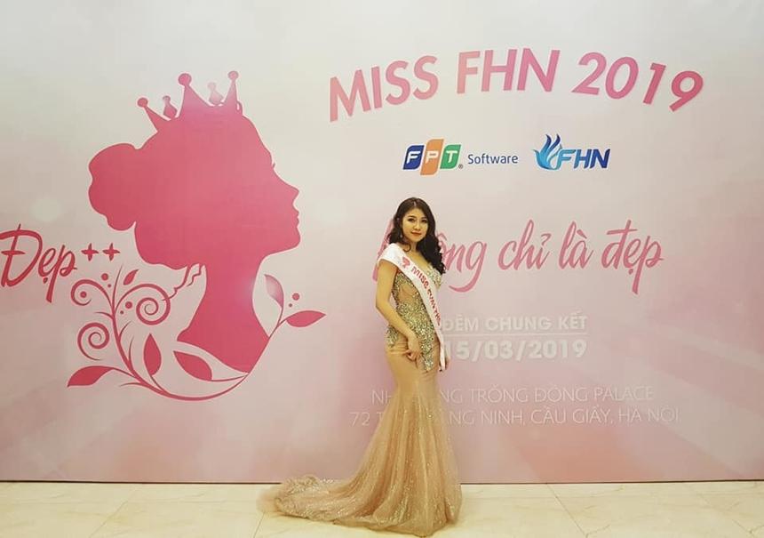 Người đẹp từng dự thi Miss FHN 2019, cuộc thi sắc đẹp do đơn vị Phần mềm chiến lược Hà Nội tổ chức và cô đoạt giải Á hậu 1.