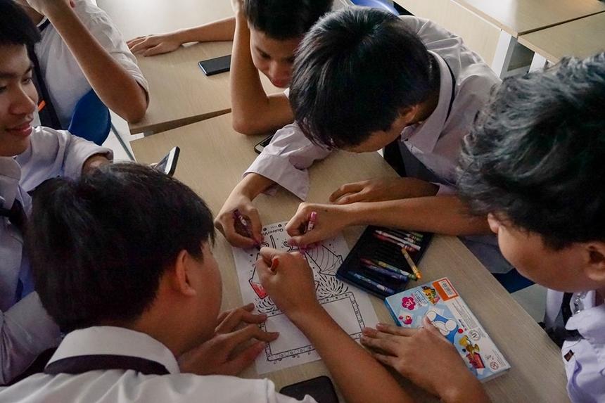 Thông qua hình ảnh được vẽ thực trên giấy nhưng bằng việc kết hợp với công nghệ, học sinh có thể tạo ra các tác phẩm thực tế ảo với trình độ sáng tác gần hơn với thế giới.