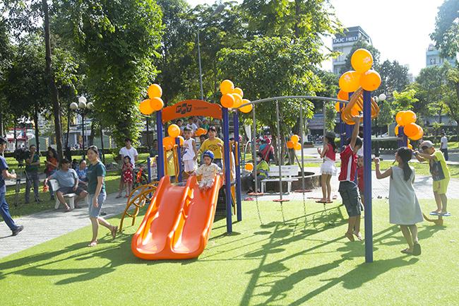 Sân chơi bao gồm nhiều thiết bị đa dạng như xích đu, cầu trượt, bập bênh… mang lại niềm vui cho các em nhỏ.