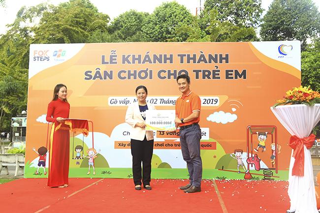 Sân chơi được trao tặng cho địa phương có tổng giá trị 100 triệu đồng. Ngoài ra, chi nhánh Sài Gòn 13 còn trao tặng 10 chiếc ghế đá và trang bị wifi miễn phí cho khu vực sân chơi công viên Làng Hoa.