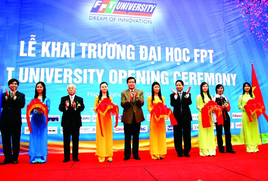 """Tháng 10/2006, sự kiện ĐH FPT """"xé rào"""" tuyển sinh khi chưa được phép của Bộ Giáo dục và Đào tạo đã gây ầm ĩ trên báo chí suốt một thời gian dài. Sau hơn 13 năm đi vào hoạt động, hiện ĐH FPT có 4 cơ sở nằm tại các thành phố lớn, bao gồm: Hà Nội, Đà Nẵng, TP HCM, Cần Thơ. Trong 9 năm liên tiếp (2011-2019), ĐH FPT đều đạt """"cú đúp"""" giải thưởng Sao Khuê ở hạng mục Đơn vị đào tạo CNTT hệ chính quy và Đơn vị đào tạo CNTT hệ chính quy xuất sắc. Năm 2018, ĐH FPT được trao giải thưởng ASOCIO ở hạng mục Đơn vị Đào tào CNTT xuất sắc (ICT Education) tại Hội nghị Thượng đỉnh Số 2018 tổ chức ở Tokyo, Nhật Bản. Cùng năm, ĐH FPT nhận giải thưởng Thương hiệu xuất sắc thế giới của Qũy Thương hiệu châu Á - Thái Bình Dương (APBF). Năm 2019, Tổ chức Giáo dục FPT - FPT Edu kỷ niệm tròn 20 năm theo đuổi hành trình đổi mới giáo dục. Nằm trong chuỗi chương trình kỷ niệm 20 năm, hơn 1.000 cán bộ giảng viên FPT Edu đã tham gia hoạt động leo núi tại: Yên Tử - Quảng Ninh, Langbiang - Lâm Đồng và Bà Đen - Tây Ninh. Đêm gala """"Dream On - Viết tiếp giấc mơ"""" sẽ diễn ra với quy mô toàn quốc dành cho hơn 1.600 cán bộ nhân viên, giảng viên trên toàn hệ thống giáo dục FPT vào các ngày: ngày 11/11, tại khách sạn TTC Cantho, Cần Thơ; ngày 13/11, tại Trung tâm Hội nghị White Palace, TP HCM; vào ngày 15/11, khách sạn 5 sao Grand Mercure Danang sẽ là điểm đến của người FPT Education tại khu vực Đà Nẵng. Tại Hà Nội, đêm gala sẽ được tổ chức tại khách sạn InterContinental Hanoi Landmark 72 vào ngày 17/11."""