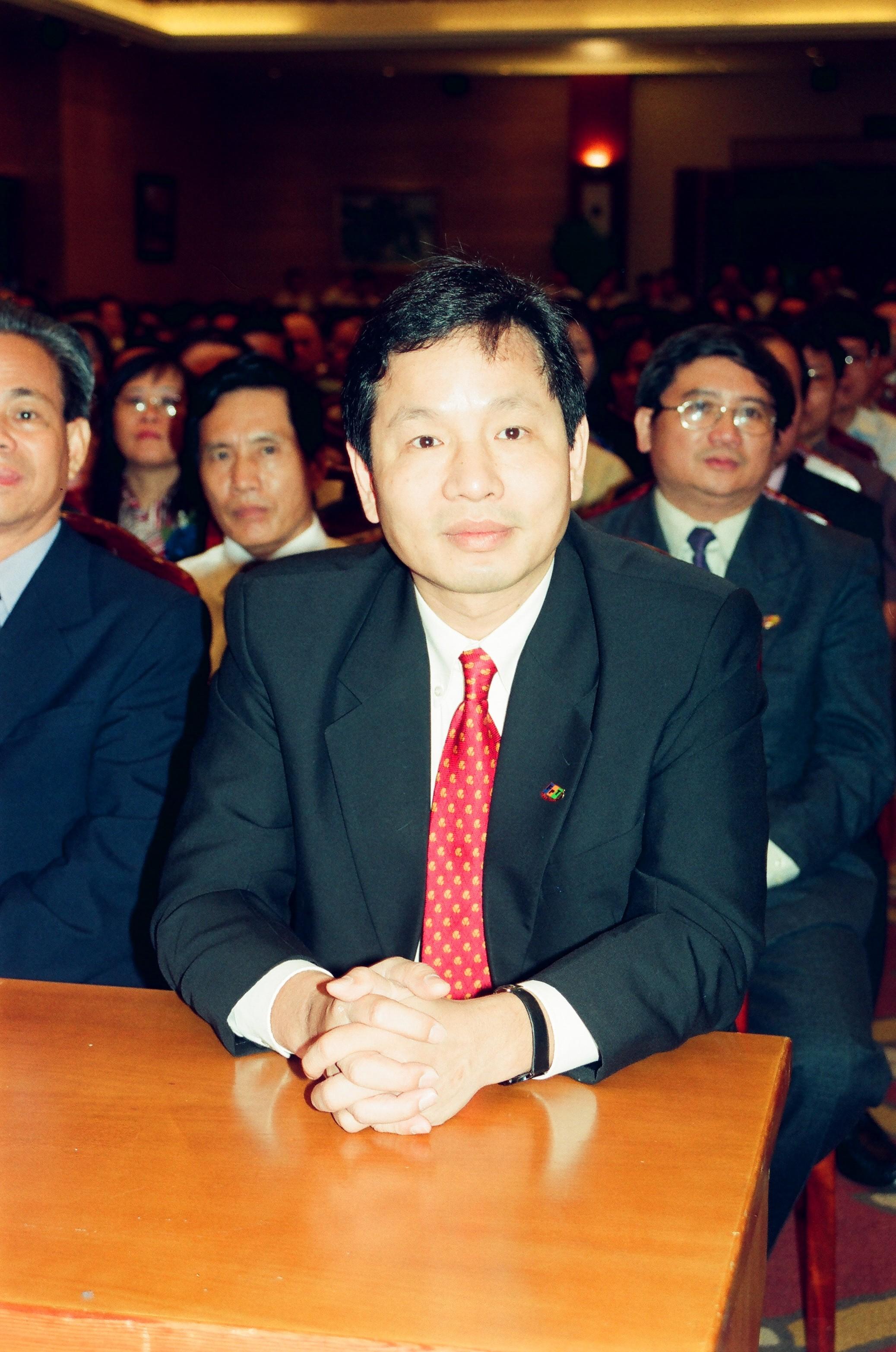 """Ý tưởng quá hay. Chủ tịch FPT Trương Gia Bình phải vào tận TP HCM để thuyết phục anh Tùng đảm nhiệm dự án này. Anh Tùng quả quyết: """"Tôi có thể từ chối để người khác đảm nhiệm nhưng đã đặt tâm huyết của mình vào điều gì thì phải làm đến cùng""""."""