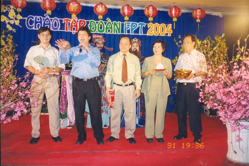 Đầu năm 2004, dự án thành lập ĐH FPT manh nha. Hai năm rưỡi sau đó anh Tùng và cộng sự như chị Lại Hương Huyền, Bùi Nguyễn Phương Châu, Đàm Thị Ngọc Huyền phải chạy đôn chạy đáo để lo giấy tờ thủ tục, vận động hành lang, tận dụng mọi mối quan hệ để xin giấy phép thành lập trường.
