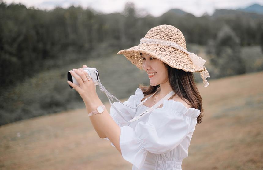Cô nàng xuất hiện trên cánh đồng cùng chiếc máy ảnh cầm trên tay và lưu lại những khoảnh khắc đẹp nơi mình đến.
