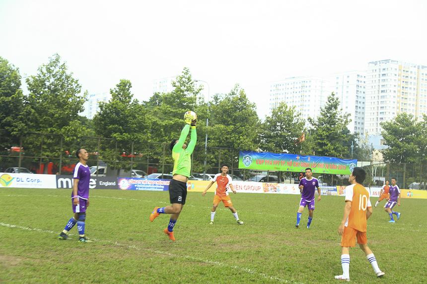 Ở trận đấu đầu tiên của giải, FPT Securities (áo cam) đã xuất sắc lội ngược dòng để giành chiến thắng 4-2 trước TP Bank (áo tím) với cú đúp của số 11 Trần Hữu Phong.