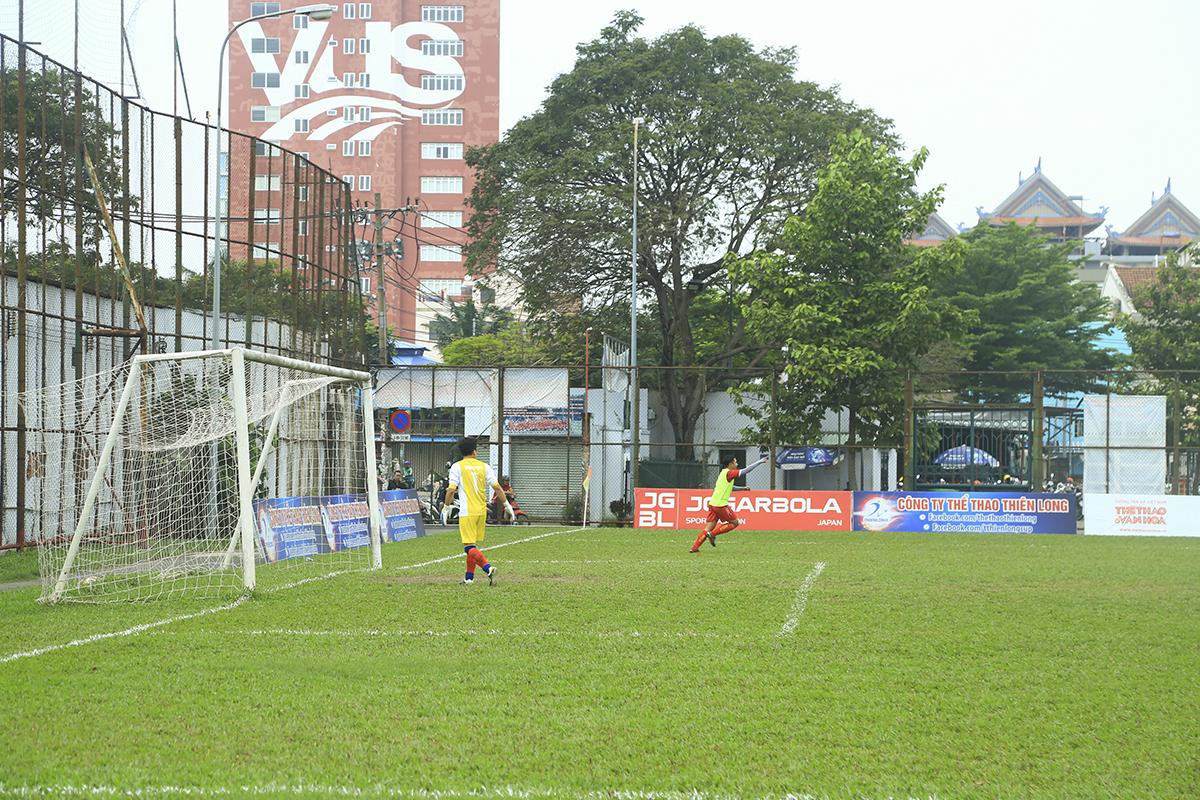 Thành quả sớm đến với đội bóng của HLV Phạm Mạnh Hoàng khi số 24 Lê Trung Hậu có pha thoát xuống, đón đường chuyền của đồng đội trong tư thế đối mặt thủ môn để ghi bàn mở tỷ số cho FPT Telecom.
