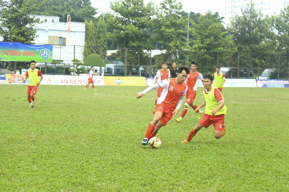 Các cầu thủ Synnex FPT (áo trắng - đỏ) thi đấu rất quyết tâm dù phải nhận bàn thua sớm. Đội bóng nhà Phân phối cố gắng triển khai bóng và tổ chức tấn công trung lộ về phía khung thành đối phương.