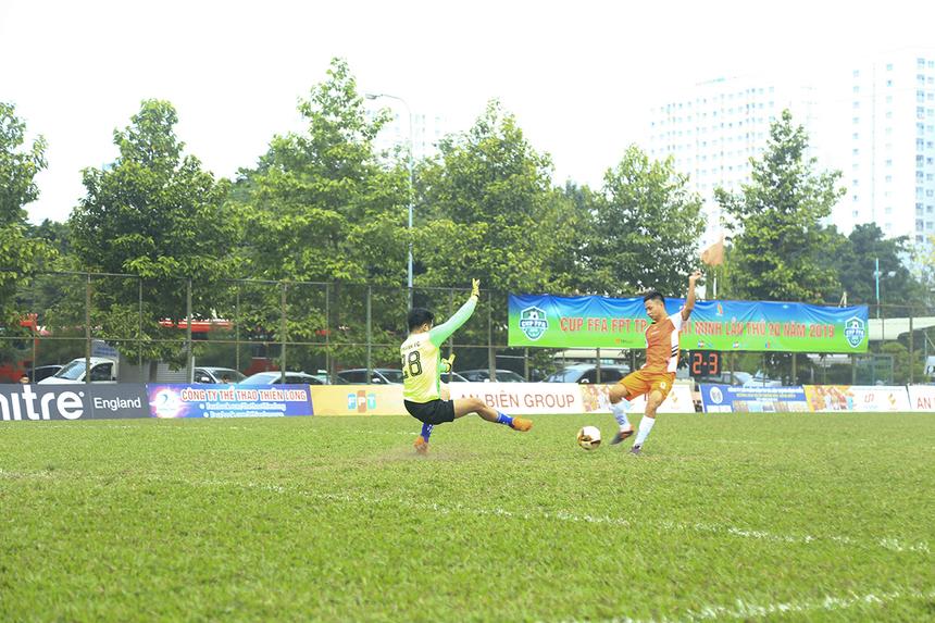 Số 11 Trần Hữu Phong tiếp tục tỏa sáng ở ngay đầu hiệp 2 với bàn thắng thứ 2 trong trận đấu ở phút 52, giúp nhà Chứng khoán lần đầu tiên vươn lên dẫn trước.