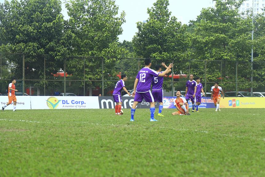 Những phút tiếp theo, các cầu thủ hai bên vẫn tiếp tục dồn đội hình lên cao để tìm kiếm bàn thắng. Tuy nhiên, hàng thủ thi đấu quyết liệt đã làm xuất hiện nhiều pha phạm lỗi trên mức cần thiết.